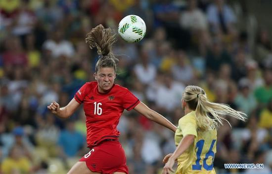 Germany's Melanie Leupolz (L) competes during the women's gold medal match of football between Germany and Sweden at the 2016 Rio Olympic Games in Rio de Janeiro, Brazil, on Aug. 19, 2016. (Xinhua/Cao Can)