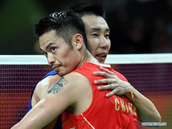 China's Lin Dan (R) hugs Malaysia's Lee Chong Wei after the men's singles badminton semifinal at the 2016 Rio Olympic Games in Rio de Janeiro, Brazil, on Aug. 19, 2016. Lee Chong Wei beat Lin Dan with 2:1. (Xinhua/Lui Siu Wai)