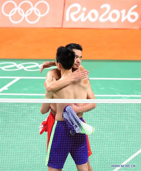 China's Lin Dan (R) hugs Malaysia's Lee Chong Wei after the men's singles badminton semifinal at the 2016 Rio Olympic Games in Rio de Janeiro, Brazil, on Aug. 19, 2016. Lee Chong Wei beat Lin Dan with 2:1. (Xinhua/Meng Yongmin)