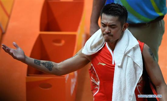 China's Lin Dan leaves after the men's singles badminton semifinal against Malaysia's Lee Chong Wei at the 2016 Rio Olympic Games in Rio de Janeiro, Brazil, on Aug. 19, 2016. Lee Chong Wei beat Lin Dan with 2:1. (Xinhua/Lin Yiguang)
