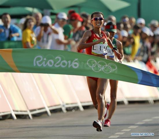 China's Liu Hong competes during the women's 20KM race walk at the 2016 Rio Olympic Games in Rio de Janeiro, Brazil, on Aug. 19, 2016. Liu Hong won the gold medal. (Xinhua/Shen Bohan)