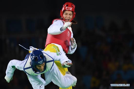 China's Zheng Shuyin (top) competes against Mexico's Maria Del Rosario Espinoza Espinoza during the women's +67kg final of Taekwondo at the 2016 Rio Olympic Games in Rio de Janeiro, Brazil, on Aug. 20, 2016. Zheng Shuyin won the gold medal. (Xinhua/Wang Yuguo)