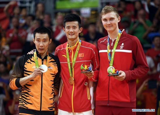 China's Chen Long (C), Malaysia's Lee Chong Wei (L) and Denmark's Viktor Axelsen attend the awarding ceremony of the men's singles of badminton at the 2016 Rio Olympic Games in Rio de Janeiro, Brazil, on Aug. 20, 2016. Chen took the title of the event after beating Lee 2-0. (Xinhua/Wang Peng)