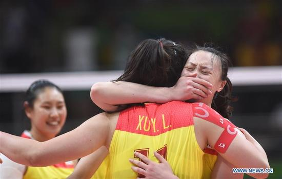 China's players celebrate after the women's gold medal match of Volleyball against Serbia at the 2016 Rio Olympic Games in Rio de Janeiro, Brazil, on Aug. 20, 2016. China won the gold medal. (Xinhua/Yue Yuewei)