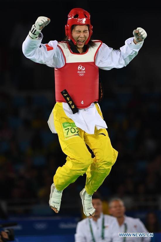 China's Zheng Shuyin celebrates after the women's +67kg final of Taekwondo against Mexico's Maria Del Rosario Espinoza Espinoza at the 2016 Rio Olympic Games in Rio de Janeiro, Brazil, on Aug. 20, 2016. Zheng Shuyin won the gold medal. (Xinhua/Wang Yuguo)