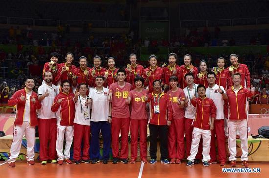 Members of China's women volleyball team pose for photos after the awarding ceremony for the women's final of Volleyball at the 2016 Rio Olympic Games in Rio de Janeiro, Brazil, on Aug. 20, 2016. China won the gold medal. (Xinhua/Yue Yuewei)