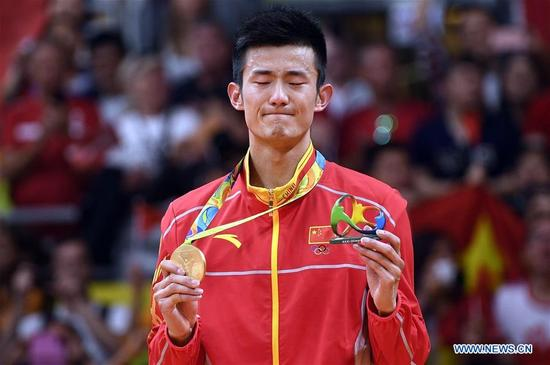 China's Chen Long cries at the awarding ceremony of the men's singles of badminton at the 2016 Rio Olympic Games in Rio de Janeiro, Brazil, on Aug. 20, 2016. Chen took the title of the event after beating Lee 2-0. (Xinhua/Wang Peng)