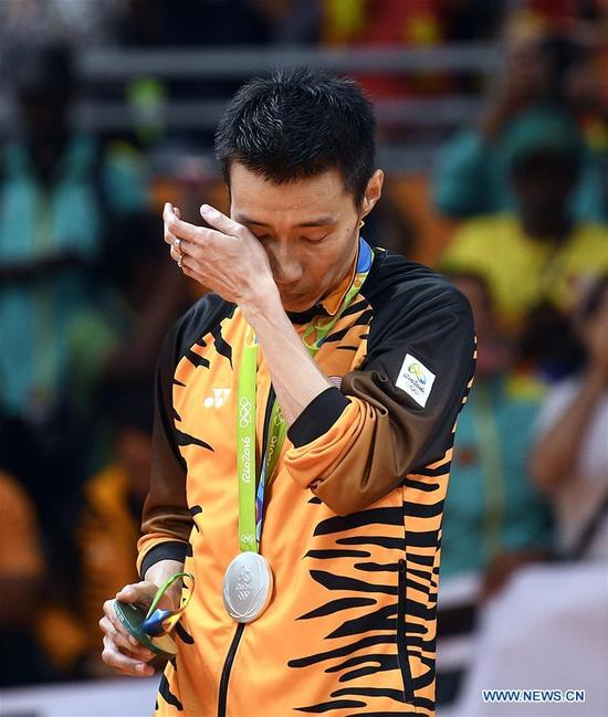 Malaysia's Lee Chong Wei cries at the awarding ceremony of the men's singles of badminton at the 2016 Rio Olympic Games in Rio de Janeiro, Brazil, on Aug. 20, 2016. Malaysia's Lee Chong Wei won the silver medal. (Xinhua/Wang Peng)