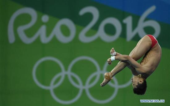 China's Chen Aisen competes during the men's 10m platform of Diving at the 2016 Rio Olympic Games in Rio de Janeiro, Brazil, on Aug. 20, 2016. Chen Aisen won the gold medal. (Xinhua/Wang Haofei)