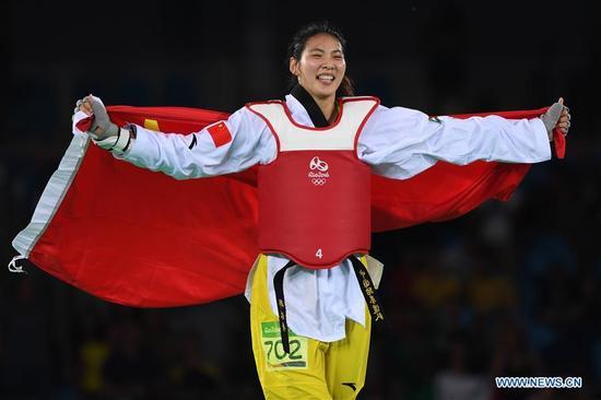 China's Zheng Shuyin celebrates after the women's +67kg final of Taekwondo at the 2016 Rio Olympic Games in Rio de Janeiro, Brazil, on Aug. 20, 2016. Zheng Shuyin won the gold medal. (Xinhua/Wang Yuguo)