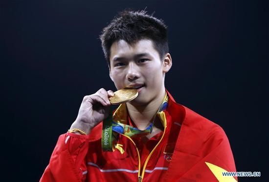 Gold medalist China's Chen Aisen attends the awarding ceremony for the men's 10m platform of Diving at the 2016 Rio Olympic Games in Rio de Janeiro, Brazil, on Aug. 20, 2016. (Xinhua/Ding Xu)