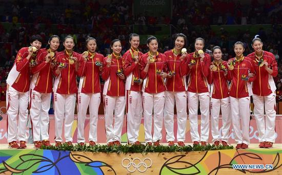 China's players attend the awarding ceremony for the women's final of Volleyball at the 2016 Rio Olympic Games in Rio de Janeiro, Brazil, on Aug. 20, 2016. China won the gold medal. (Xinhua/Yue Yuewei)