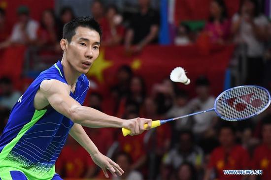 Malaysia's Lee Chong Wei competes during the men's singles gold medal match of badminton between China's Chen Long and Malaysia's Lee Chong Wei at the 2016 Rio Olympic Games in Rio de Janeiro, Brazil, on Aug. 20, 2016. Malaysia's Lee Chong Wei won the silver medal.(Xinhua/Lui Siu Wai)