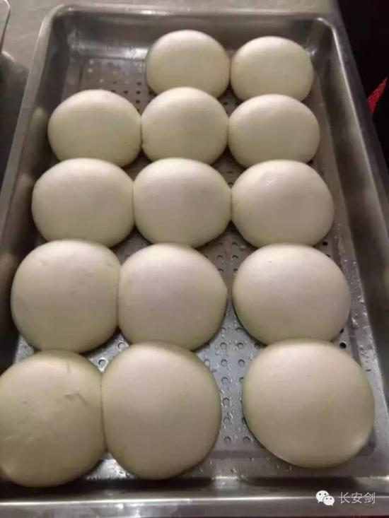 Steamed buns served for the inmates.