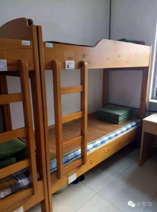 A dorm accommodates eight people in the Yancheng Prison, all in bunk beds. The wood is manufactured to be round-headed to avoid self-harm incident. The quilts are folded in sharp squares. Inmates are required to undergo their internal affairs such as cell sanitation like a militant. They get marks according to performance, which makes an important part for a possible commutation.