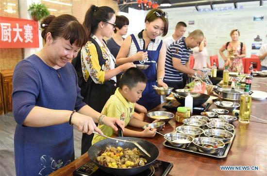 People participate in a cooking contest in Nanning, capital of south China's Guangxi Zhuang Autonomous Region, Oct. 7, 2016, the last day of China's National Day holiday. (Xinhua/Lu Boan)