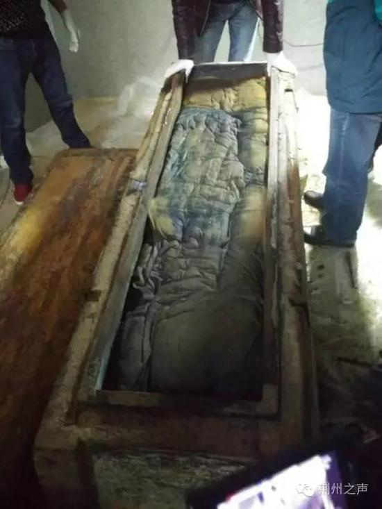 Archeologists soaked the corpse in special liquid for maintenance on October 30. The coffin was wrapped in a cotton quilt.