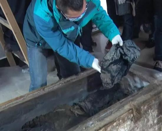 The female corpse was kept in good condition, her eyebrows and hair was clear as other features on her face. According to preliminary investigation, the woman was about 60 years old when she died.