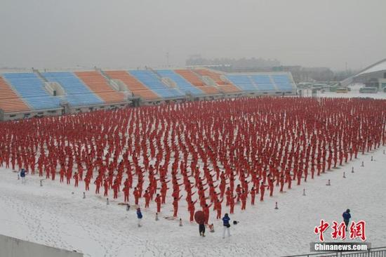 Dancing enthusiasts in Shenyang, Liaoning province, participate in a choreographed square dance on Nov 7, 2016.(Photo: China News Service/Shen Diancheng)