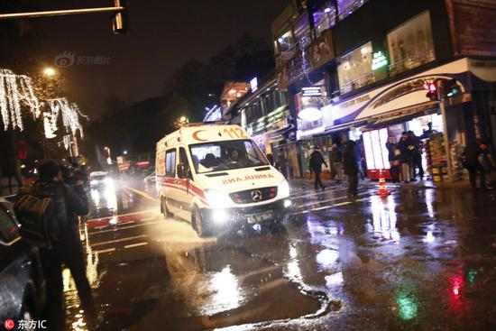 People flee as ambulances are on the site of an Istanbul nightclub attack January 1, 2017 in Istanbul (AFP Photo/IHLAS NEWS AGENCY)