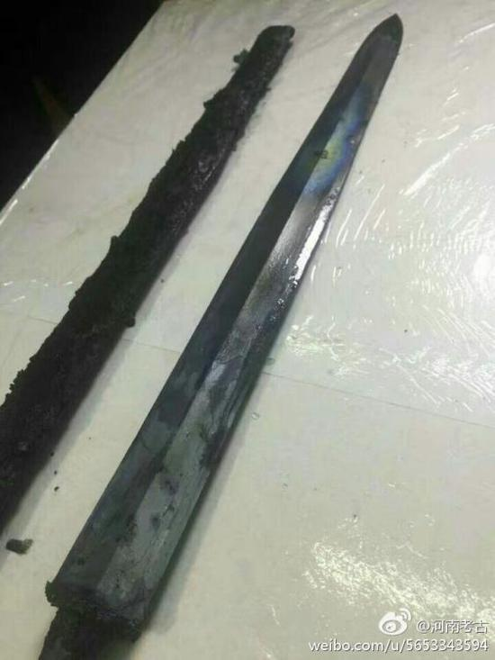 Chinese archaeologists have recently unearthed a 2,300-year-old sword, discovered in an ancient tomb in Xinyang city, central China's Henan Province. It is believed to date from the period of the Warring States (475 BC -221BC). Amazingly it was still shining as an archaeologist pulled it from its scabbard. (Photo/Sina Weibo)