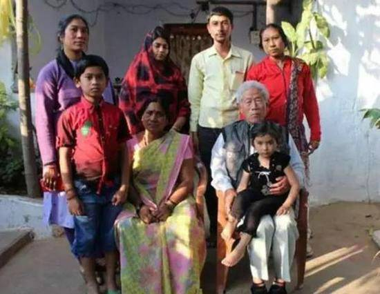 Photo shows Wang Qi and his family in India.