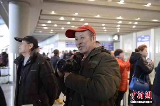 Local residents came to the airport to welcome Wang Qi and his family back to China.