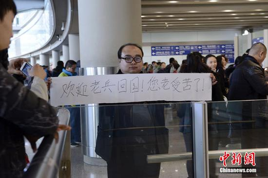 A man surnamed Li volunteered to welcome Wang Qi back at Beijing Capital Airport on Saturday, after watching the news.