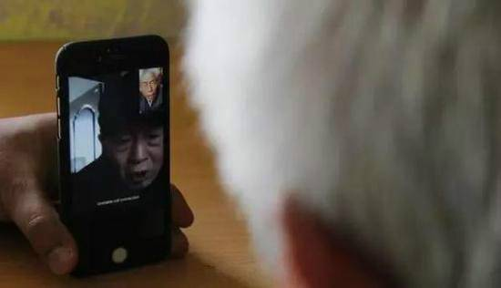 Wang Qi and his elder brother spoke on a video call.