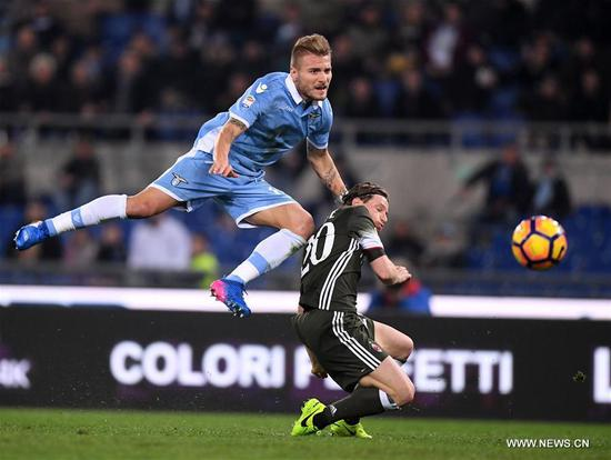 Lazio's Ciro Immobile vies with AC Milan's Ignazio Abate during the Serie A soccer match between AC Milan and Lazio in Rome, Italy, Feb. 13, 2017. The match ended with a 1-1 draw.(Xinhua/Alberto Lingria)
