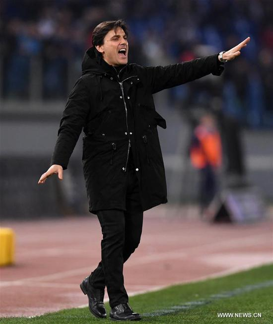 AC Milan's head coach Vincenzo Montella gestures during the Serie A soccer match between AC Milan and Lazio in Rome, Italy, Feb. 13, 2017. The match ended with a 1-1 draw.(Xinhua/Alberto Lingria)
