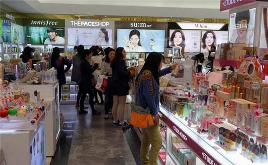 This report has sparked heated discussion among Chinese netizens once it reached China. Some said he had been to the Jeju Island around yearend last year, and what the report said was true. Others doubted that why the report was sure that the littering was done by Chinese tourists, for duty-free shops in China are all clean and tidy.