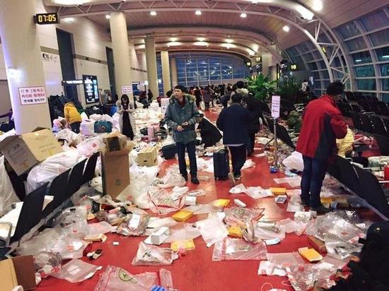 South Korean newspaper Chosun Ilbo reported on February 15 that the Jeju airport became a total mess after a group of Chinese tourists passed by.