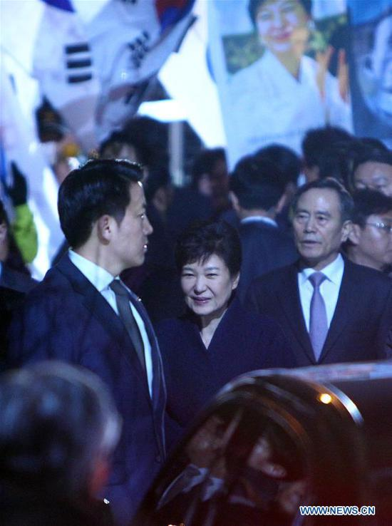 Ousted South Korean President Park Geun-hye (C) arrives at her private residence in Seoul on March 12, 2017. (Xinhua/Yao Qilin)