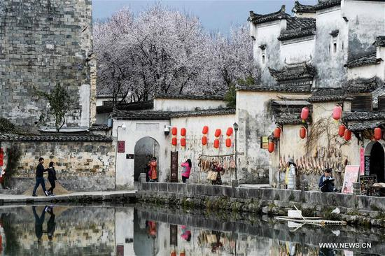 Tourists visit Yuezhao, or Moon Pool, at Hongcun, an ancient village in Yixian County of Huangshan City, east China's Anhui Province, March 15, 2017. (Xinhua/Zhang Duan)