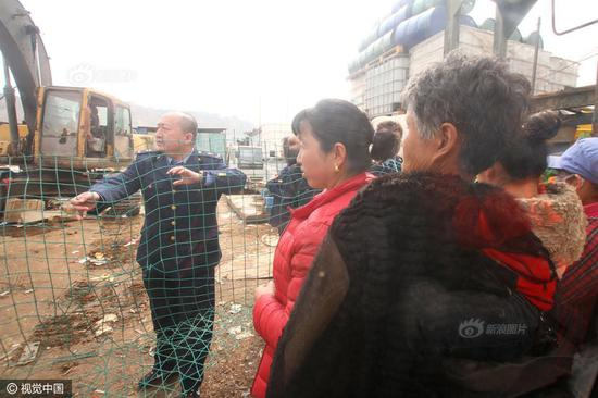 "The Industrial and Commercial Bureau of Chengguan District in Lanzhou city, Gansu province destroyed loads of counterfeit goods in a recycling station on March 15, the World Consumer Right Day. However, local villagers came in groups with large woven bags, waiting to get a ""harvest of free commodities""."