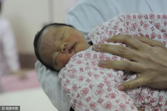 The male infant was delivered on March 13 in No.1 Zhongshan Hospital. He was considered 18 years old as he was from one of the embryos his mother frozed in the hospital in 1999.