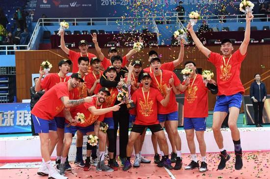 Shanghai men's volleyball team poses for pictures after beating Beijing 3-2 to clinch the Chinese Men's Volleyball League title in Game 4 of their playoffs in the national capital yesterday. It was Shanghai's third straight title and the 13th overall. — Xinhua