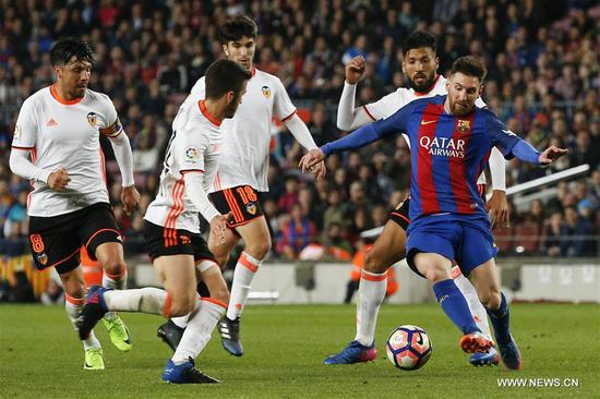 Barcelona's Lionel Messi (1st R) competes during the Spanish first division soccer match between Barcelona and Valencia at the Camp Nou Stadium in Barcelona, Spain, March 19, 2017. Barcelona won 4-2.(Xinhua/Pau Barrena)