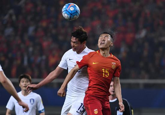 China's Wu Xi (R) and South Korea's Hong Jeongho vie for the ball during the 2018 FIFA World Cup Russia qualification match in Changsha, central China's Hunan province, March 23, 2017. China won 1-0. (Xinhua/Li Ga)