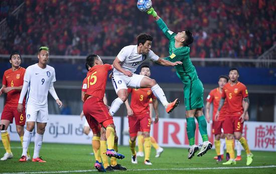 South Korea's Hwang Hee Chan (C) challenges China's goalkeeper Zeng Cheng during the 2018 FIFA World Cup Russia qualification match in Changsha, central China's Hunan province, March 23, 2017. China won 1-0. (Xinhua/Li Ga)