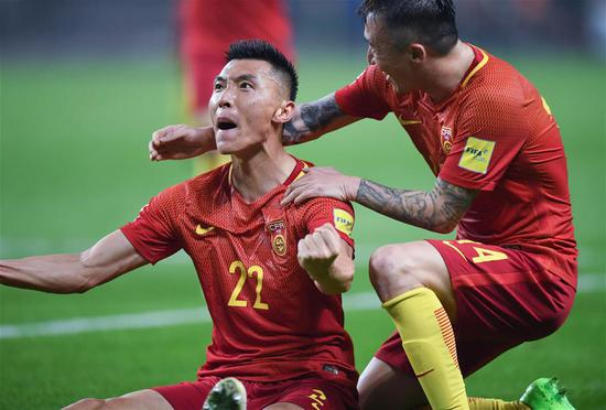 China's Yu Dabao (L) celebrates his goal with Wang Yongpo during the 2018 FIFA World Cup Russia qualification match against South Korea in Changsha, central China's Hunan province, March 23, 2017. (Xinhua/Kong Hui)