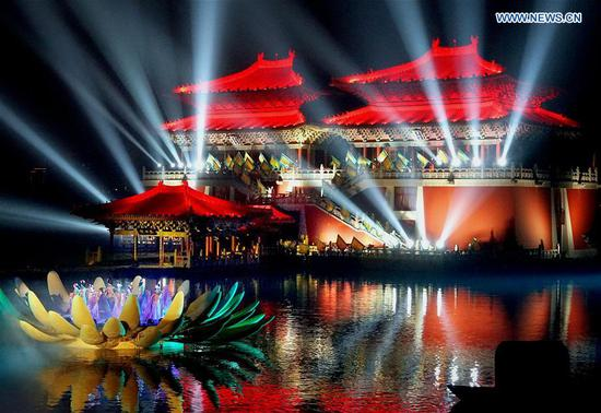 A performance is staged to reproduce the prosperity of capital Kaifeng (historically known as Daliang, Bianliang, Bianjing, Dongjing) of the Northern Song Dynasty (960-1127), in Kaifeng, central China's Henan Province, March 31, 2017. (Xinhua/Li An)