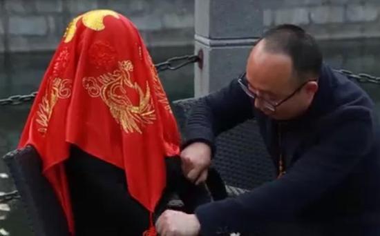 Zheng Jiajia and his robot bride Yingying on their wedding.