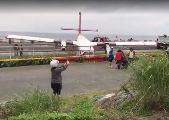 A DHC6-400 plane from Taitung to Lansu slipped out of the runway while it was landing around 3:30 pm on April 13. It slipped over a water gap and run into the fence. Fortunately, the 17 passengers and two staff members left the plane safely, except that three passengers were slightly injured. The cause of the incident was suspected to be the strong side winds. Investigation is underway.