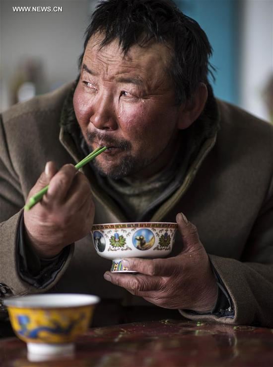 A herdsman has his meal for shifting his son on Bayan Bulag grassland in Hejing County, northwest China's Xinjiang Uygur Autonomous Region, April 7, 2017. In April, Bayan Bulag grassland enters into its busiest season for sheep breeding. (Xinhua/Jiang Wenyao)
