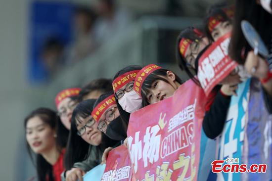 Members of the audience cheer as Sun Yang competes in the men's 1500-meter freestyle in the National Swimming Championship in Qingdao City, East China's Shandong Province, April 17, 2017. Sun secured first place in the race with a time of 15 minutes and 4.15 seconds. It was a clean sweep for Sun, who won gold in all five freestyle swimming events. (Photo: China News Service/Han Haidan)