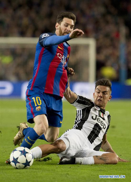 Barcelona's Lionel Messi (L) vies with Juventus's Paulo Dybala during the UEFA Champions League quarter final second leg match between FC Barcelona and Juventus FC at the Camp Nou Stadium in Barcelona, Spain, April 19, 2017. The match ended 0-0 tie. Juventus advanced to the semifinal with 3-0 on aggregate. (Xinhua/Lino De Vallier)