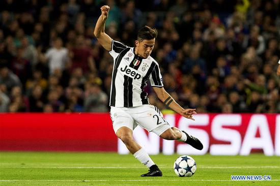 Juventus's Paulo Dybala shoots during the UEFA Champions League quarter final second leg match between FC Barcelona and Juventus FC at the Camp Nou Stadium in Barcelona, Spain, April 19, 2017. The match ended 0-0 tie. Juventus advanced to the semifinal with 3-0 on aggregate. (Xinhua/Lino De Vallier)