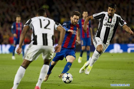 Barcelona's Lionel Messi (C) vies with Juventus's Sami Khedira (R) during the UEFA Champions League quarter final second leg match between FC Barcelona and Juventus FC at the Camp Nou Stadium in Barcelona, Spain, April 19, 2017. The match ended 0-0 tie. Juventus advanced to the semifinal with 3-0 on aggregate. (Xinhua/Lino De Vallier)